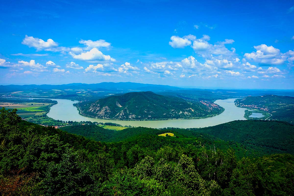 DANUBE BEND VISEGRÁD - TRANSFER FROM VIENNA TO BUDAPEST with AMAZING scenic tour via Danube Bend. Excursion into Hungary's history. Transport from Vienna to Budapest via Danube Bend. Private car transfer with English, German, Hungarian speaking driver.