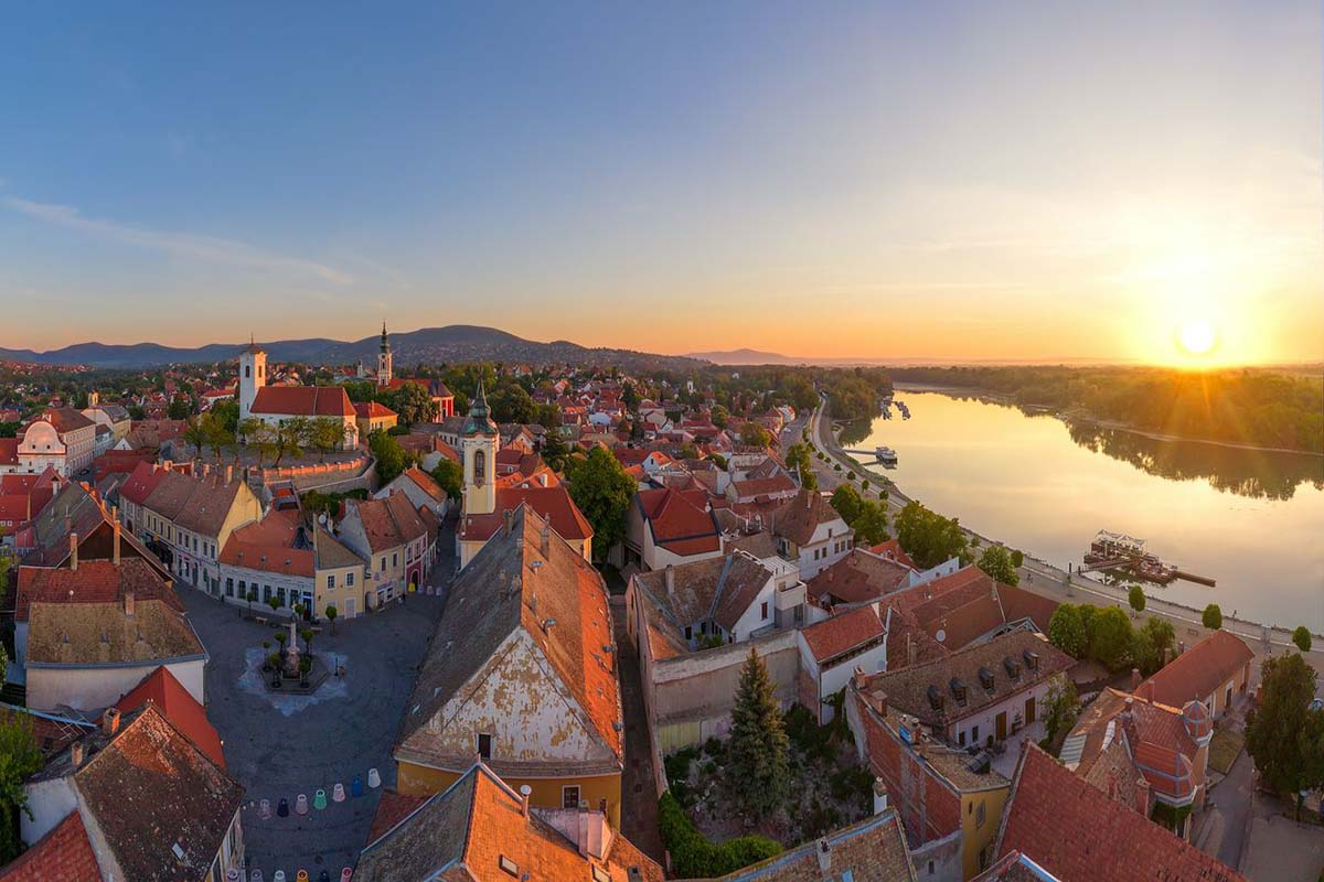 DANUBE BEND SZENTENDRE - TRANSFER FROM VIENNA TO BUDAPEST with AMAZING scenic tour via Danube Bend. Excursion into Hungary's history. Transport from Vienna to Budapest via Danube Bend. Private car transfer with English, German, Hungarian speaking driver. height=